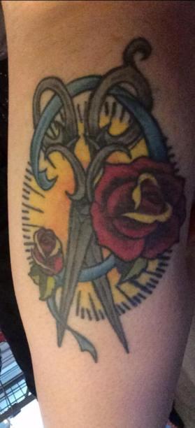 Découvrez le sublime tatouage de Cherry, en lien avec la couture