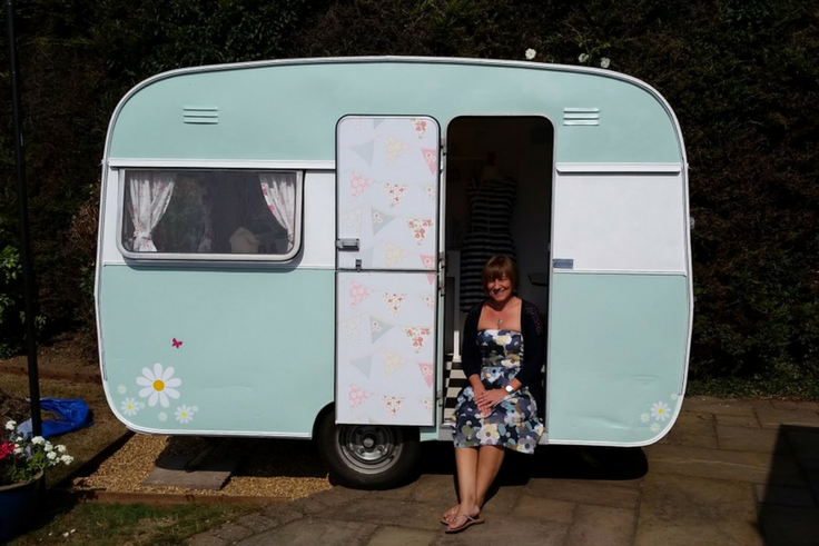 Découvrez le pari fou de Michaela qui a déménagé son coin couture dans une caravane au fond de son jardin !