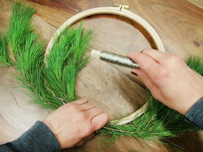 Tutoriel décoration de Noël - transformer un cercle à broder en couronne de Noël 4